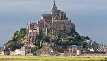Le Mont-Saint-Michel est un haut lieu touristique de France. Il est bâti sur un îlot rocheux.