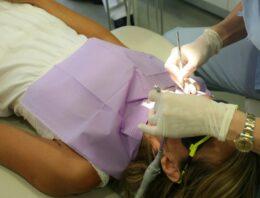 Tout savoir du métier d'implantologue